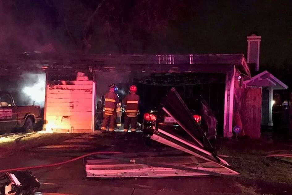 A fire caused minor damage to a duplex on the far West Side Saturday afternoon, December 16, 2017. San Antonio firefighters report no injuries, though one family pet remains missing.