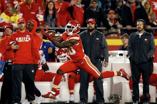 KANSAS CITY, MO - DECEMBER 16:  Wide receiver Tyreek Hill #10 of the Kansas City Chiefs catches a pass that he then runs into the endzone for a touchdown during the game against the Los Angeles Chargers at Arrowhead Stadium on December 16, 2017 in Kansas City, Missouri.  (Photo by Jamie Squire/Getty Images) ORG XMIT: 700070806