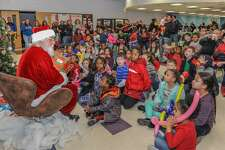 Santa Claus' appearance thrilled the children.