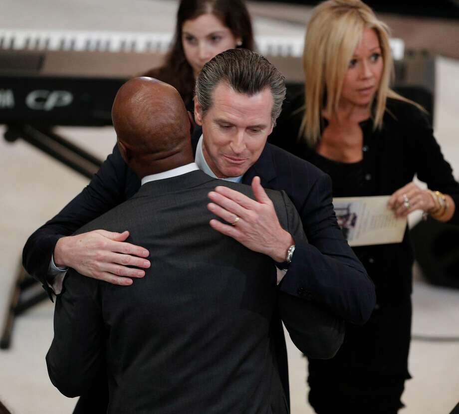 Former San Francisco Mayor Gavin Newsom hugs Barry Bonds before a memorial service for the late San Francisco Mayor Edwin Lee at city hall in San Francisco, Calif., on Sunday, December 17, 2017. Photo: Carlos Avila Gonzalez, The Chronicle