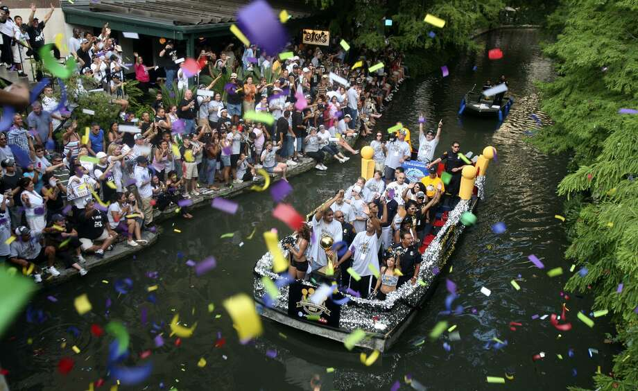 Tim Duncan and Bruce Bowen acknowledge the fans as confetti falls on them during the Spurs Championship Parade Sunday, June 17, 2007 on the San Antonio River. BAHRAM MARK SOBHANI/STAFF Photo: BAHRAM MARK SOBHANI, STAFF / SAN ANTONIO EXPRESS NEWS / SAN ANTONIO EXPRESS NEWS