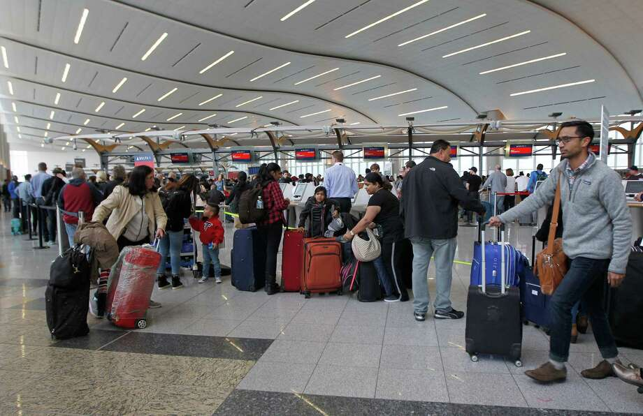 Airline passengers arrive to stand in line at the Delta Airlines international counter the day following a power outage caused by a fire at Hartsfield-Jackson Atlanta International Airport in Atlanta, Georgia, on December 18, 2017.  Photo: TAMI CHAPPELL /AFP /Getty Images / AFP or licensors