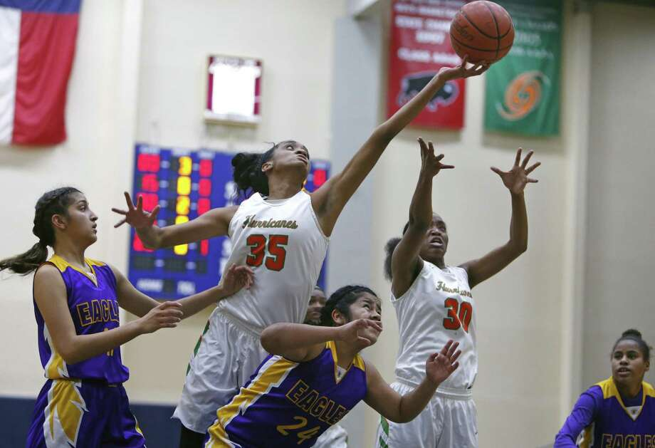 Sam Houston's Ashawntae Brown reaches over Breckenridge's Genesis Teran to grab a rebound from the District 28-5A high school girls baskebtall game between Brackenridge and Sam Houston on Tuesday, December 19, 2017 at Alamo Convocation Center. Photo: Ron Cortes, Freelance / For The San Antonio Express-News