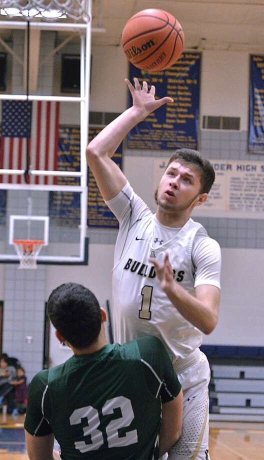 Marco Peña scored a game-high 35 points Tuesday in Alexander's 74-61 win over Southwest. Peña is averaging 30.5 points over the past 10 games. Photo: Cuate Santos /Laredo Morning Times / Laredo Morning Times