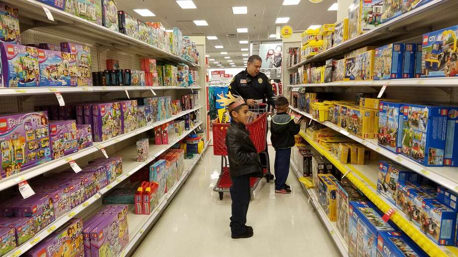 LPD officers took children on shopping spree as part of the Heroes and Helpers program. Photo: Cesar Rodriguez/Laredo Morning Times