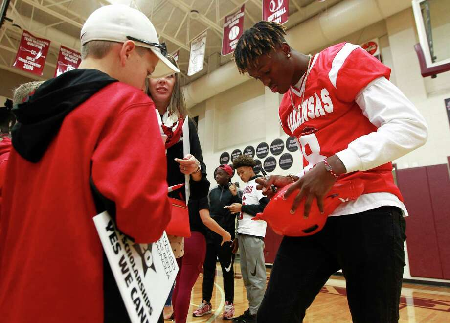Magnolia's Michael Woods autographs a Razorback hat after signing a National Letter of Intent to play football for Arkansas during a ceremony at Magnolia High School, Wednesday, Dec. 20, 2017, in Magnolia. Photo: Jason Fochtman, Houston Chronicle / © 2017 Houston Chronicle