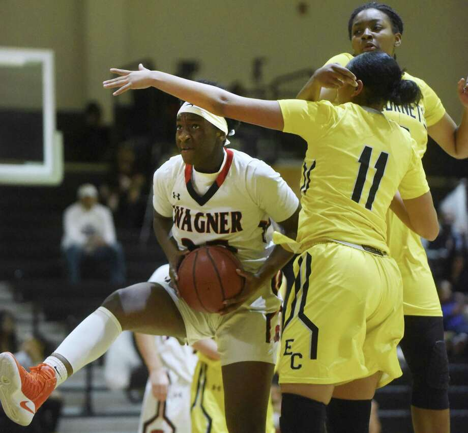 Wagner's Jordyn Weaver, left, averaged 35 points in games against Incarnate Word and Jay. Photo: Billy Calzada /Staff Photographer / San Antonio Express-News