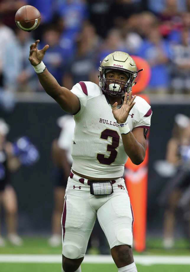 Summer Creek quarterback John Holcombe makes a pass during the first quarter of the Class 6A Division 2 playoff game against Friendswood earlier this year at NRG Center. Photo: Yi-Chin Lee, Houston Chronicle / © 2017  Houston Chronicle