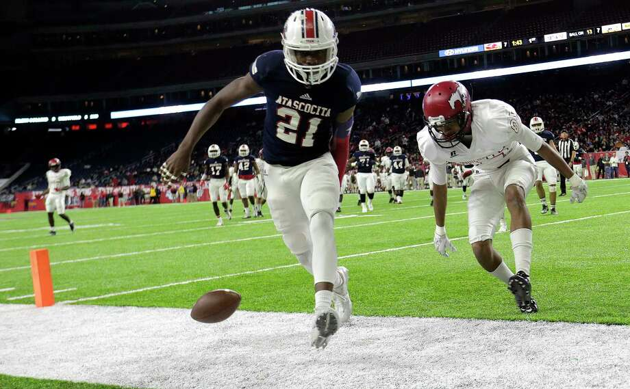 Atascocita's Travian Blaylock (21) breaks up a pass in the end zone during a playoff game at NRG Stadium earlier this year. Photo: Elizabeth Conley, Staff / © 2016 Houston Chronicle