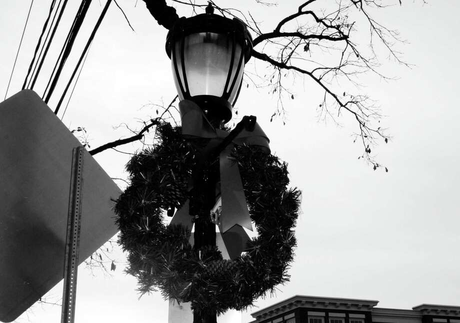 A wreath decorates downtown Darien for the holidays. Photo: Erin Kayata / Hearst Connecticut Media / Darien News