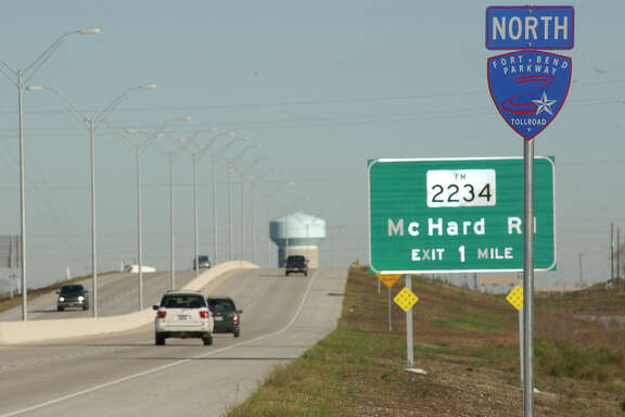 12/07/04--The Ft. Bend Parkway is now open from the South Sam Houston Tollway near Hillcroft going south to Texas Highway 6.   Photo by Steve Campbell.     HOUCHRON CAPTION (12/12/2004) SECNEWS:  EXTENSION:  Harris County Commissioner El Franco Lee's firm was hired to work on the Fort Bend Parkway in Fort Bend County before Lee voted to extend the tollway into Harris County.
