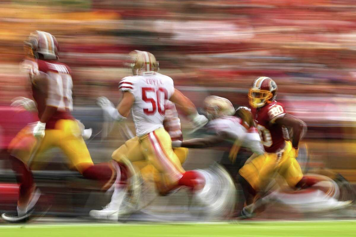 LANDOVER, MD - OCTOBER 15: Wide receiver Jamison Crowder #80 of the Washington Redskins rushes in front of linebacker Brock Coyle #50 of the San Francisco 49ers during the first quarter at FedExField on October 15, 2017 in Landover, Maryland. (Photo by Patrick Smith/Getty Images)