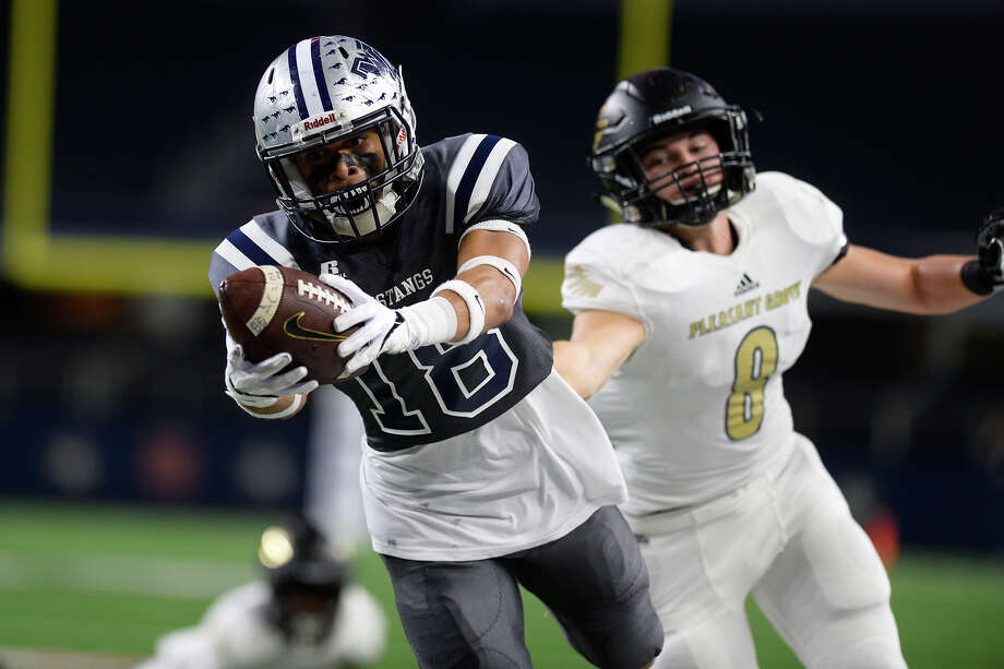 West Orange-StarkÕs Blake Robinson dives for additional yardage during the first quarter against Pleasant Grove in the Class 4A Division II state final at AT&T Stadium in Arlington on Friday.  Photo taken Friday 12/22/17 Ryan Pelham/The Enterprise Photo: Ryan Pelham, Ryan Pelham/The Enterprise / ©2017 The Beaumont Enterprise/Ryan Pelham