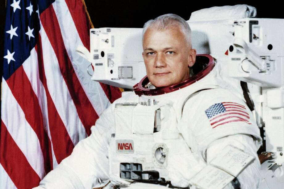 Former astronaut and retired U.S. Navy captain Bruce McCandless II died Thursday in California at age 80. He was the first to fly untethered in space, where he logged more than 312 hours. Photo: HOGP / NASA