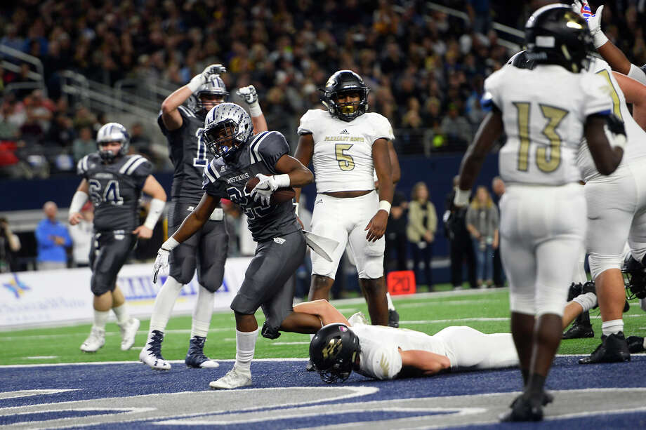 West Orange-Starké•s Kayven Cooper scores a touchdown during the first quarter against Pleasant Grove in the Class 4A Division II state final at AT&T Stadium in Arlington on Friday.  Photo taken Friday 12/22/17 Ryan Pelham/The Enterprise Photo: Ryan Pelham / ©2017 The Beaumont Enterprise/Ryan Pelham