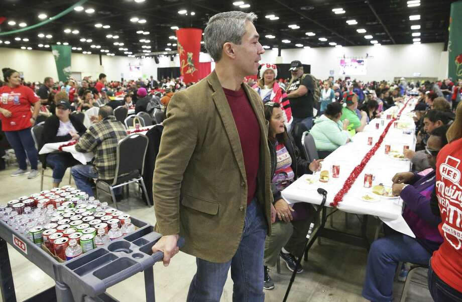 Mayor Ron Nirenberg pulls a beverage cart around during the H-E-B Feast of Sharing at the Convention Center on December 23, 2017. Photo: Tom Reel, Staff / San Antonio Express-News / 2017 SAN ANTONIO EXPRESS-NEWS