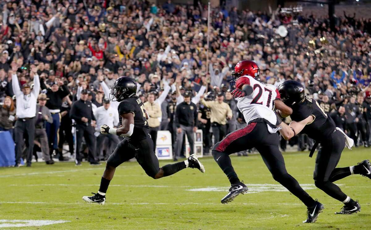 FORT WORTH, TX - DECEMBER 23: Kell Walker #5 of the Army Black Knights carries the ball to score a two point concersion against Kyree Woods #27 of the San Diego State Aztecs in the fourth quarter of the Lockheed Martin Armed Forces Bowl at Amon G. Carter Stadium on December 23, 2017 in Fort Worth, Texas. (Photo by Tom Pennington/Getty Images)