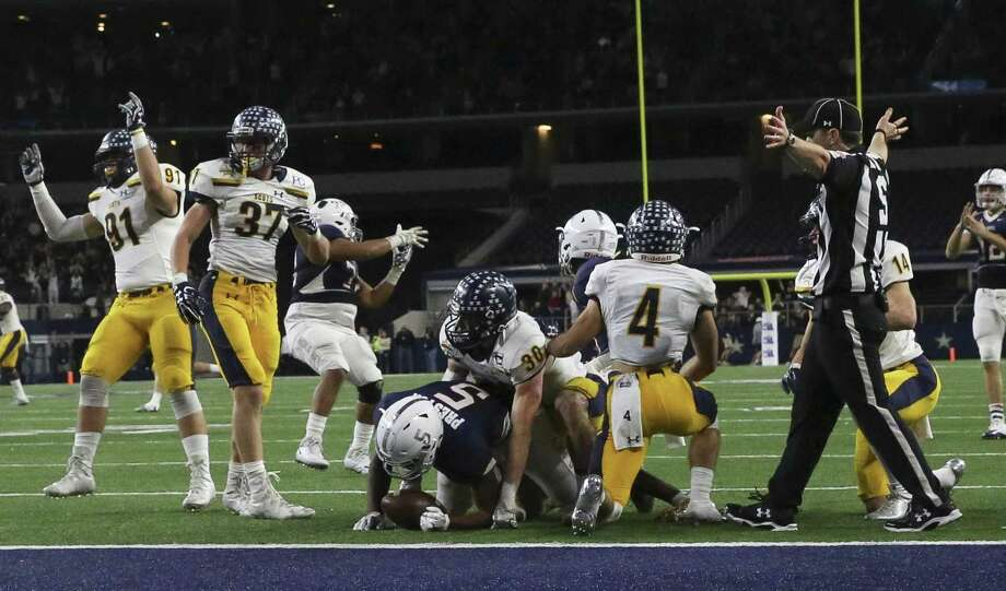 Manvel's Jalen Preston, a Texas A&M recruit, cannot make a final touchdown in the last second of the Class 5A Division I state championship game against Highland Park at AT&T Stadium. Photo: Yi-Chin Lee / Houston Chronicle / © 2017  Houston Chronicle
