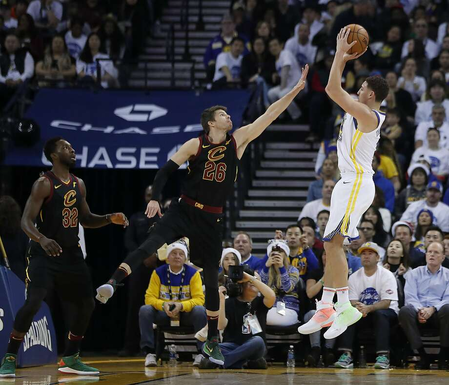 Golden State Warriors guard Klay Thompson (11) shoots over Cleveland Cavaliers guard Kyle Korver (26) during the first half of an NBA basketball game in Oakland, Calif., Monday, Dec. 25, 2017. Photo: Tony Avelar, Associated Press