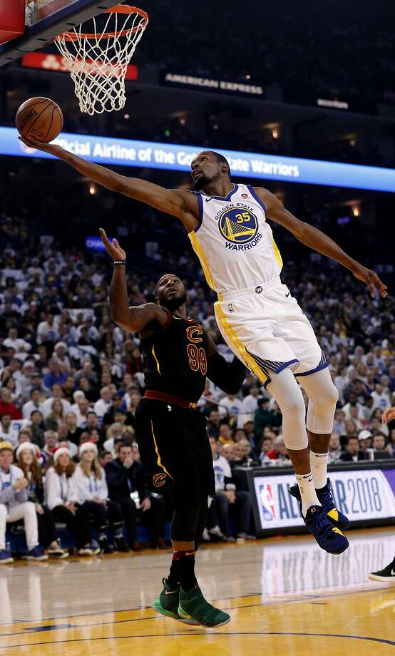 Kevin Durant (35) puts in a shot in the first half as the Golden State Warriors played the Cleveland Cavaliers at Oracle Arena in Oakland, Calif., on Monday, December 25, 2017. Photo: Carlos Avila Gonzalez, The Chronicle