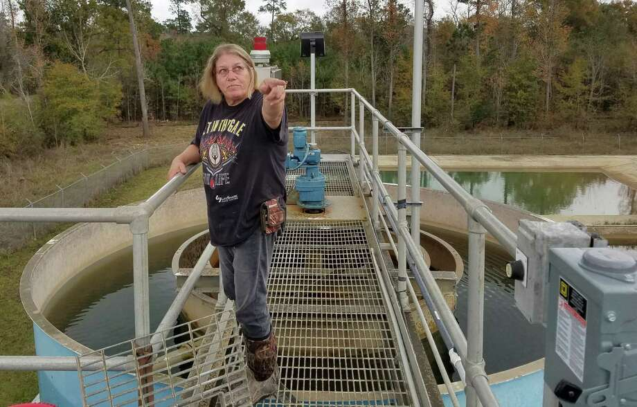 Janice Ratcliff gathers water for a sample from the tower above the Rose City water plant. The town has had to boil water since Hurricane Harvey brought flooding. Photo: Molly Hennessy-Fiske, MBR / Los Angeles Times