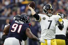 Pittsburgh Steelers quarterback Ben Roethlisberger (7) passes over Houston Texans defensive end Carlos Watkins (91) during the first quarter of an NFL football game at NRG Stadium on Monday, Dec. 25, 2017, in Houston. ( Brett Coomer / Houston Chronicle )