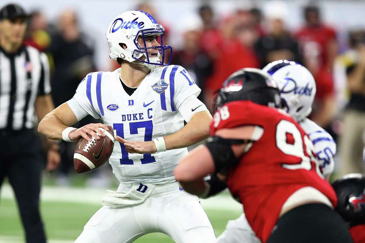 DETROIT, MI - DECEMBER 26: Daniel Jones #17 of the Duke Blue Devils throws a first half pass while playing the Northern Illinois Huskies during the Quick Lane Bowl at Ford Field on December 26, 2017 in Detroit Michigan. (Photo by Gregory Shamus/Getty Images)