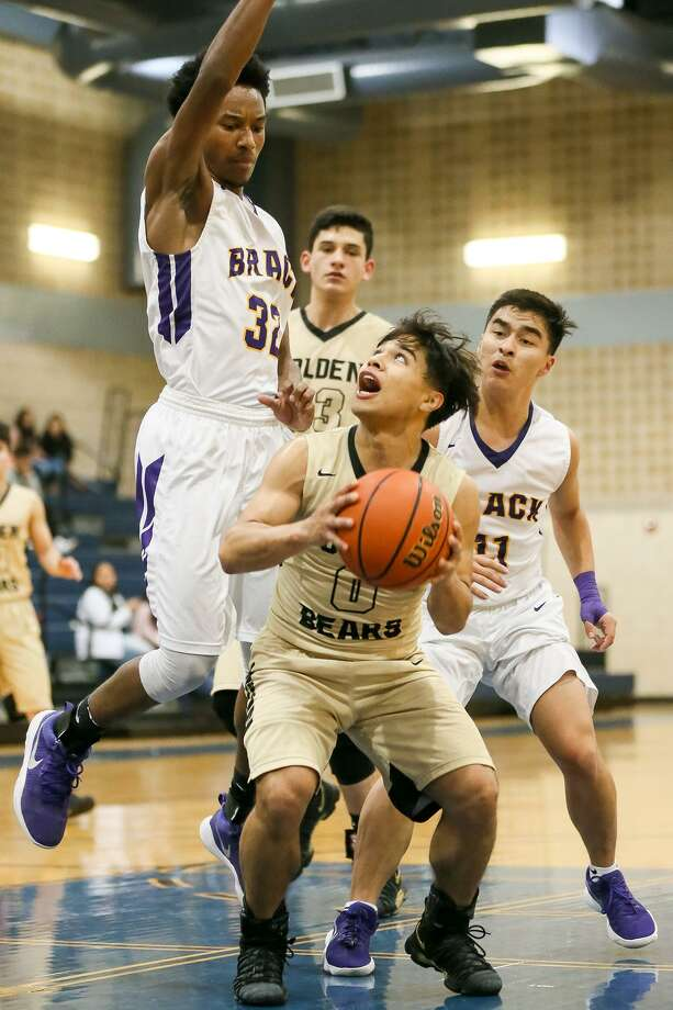 Edison's Anthony Flores (center) looks for a shot around Brackenridge's Donyae Suarez during their District 28-5A game  on  Dec. 21. Photo: Photos By Marvin Pfeiffer /San Antonio Express-News / Express-News 2017