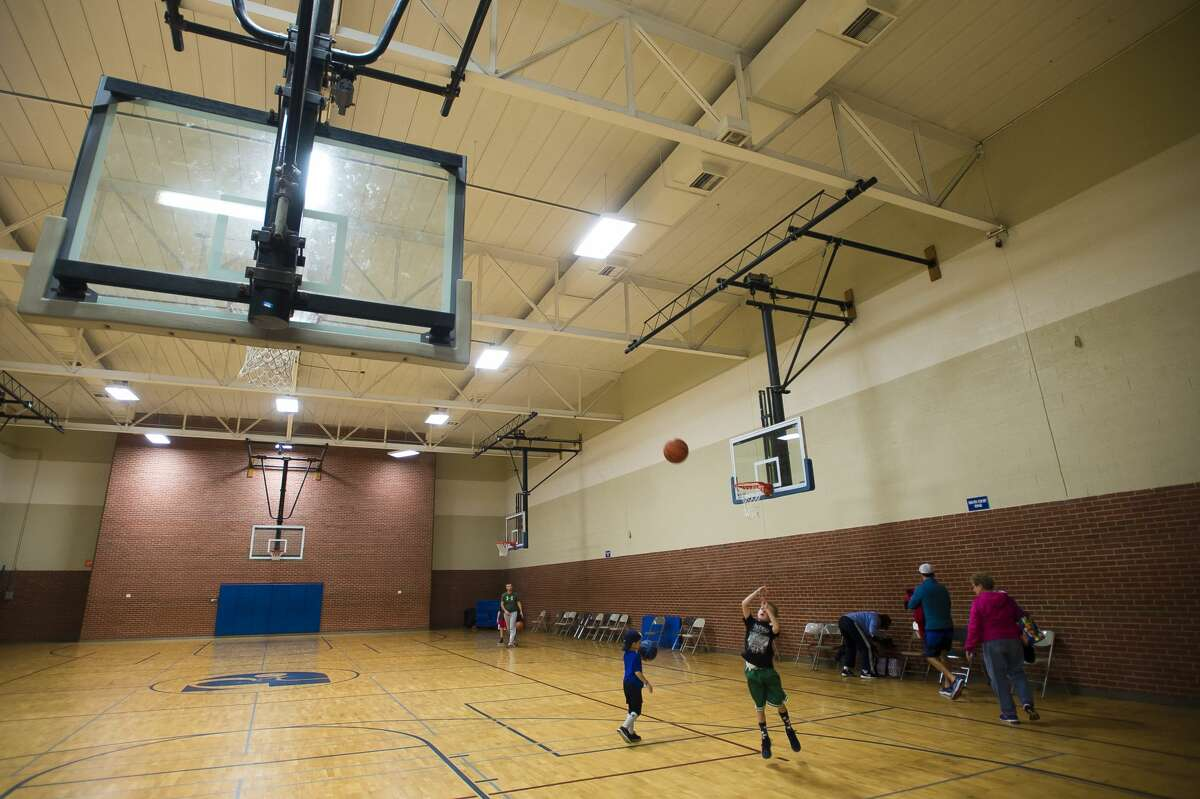 People play basketball in one of the gymnasiums inside the Greater Midland Community Center on Wednesday, Dec. 27, 2017. (Katy Kildee/kkildee@mdn.net)