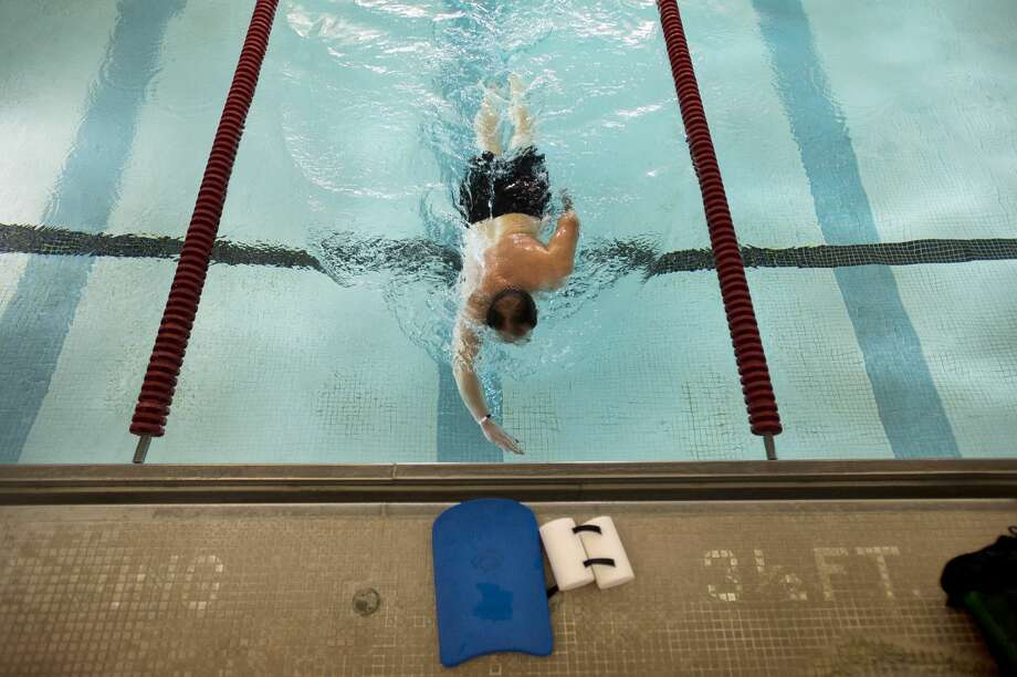 A man swims laps in the pool at the Greater Midland Community Center on Wednesday, Dec. 27, 2017. (Katy Kildee/kkildee@mdn.net) Photo: (Katy Kildee/kkildee@mdn.net)
