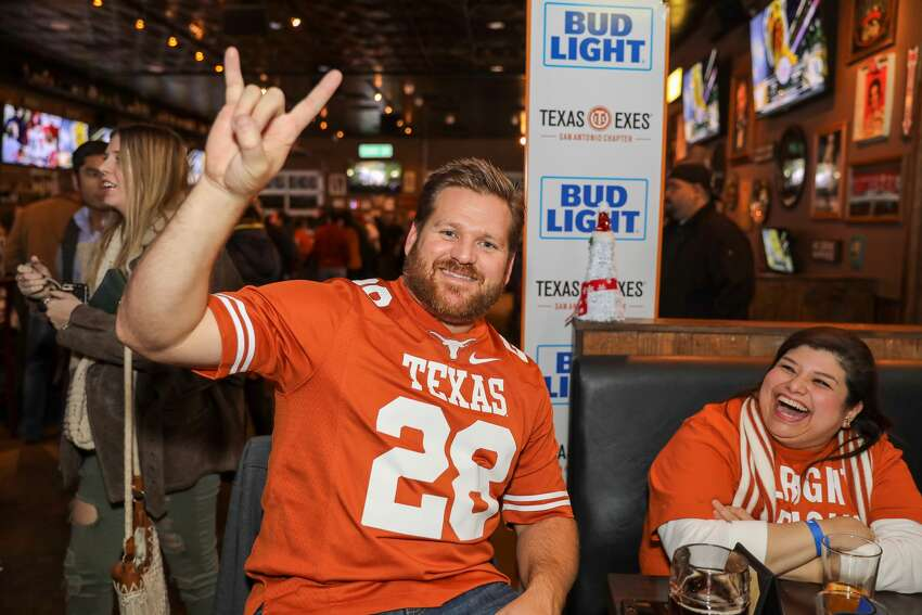 >>>Check out the best bars in Houston to watch some of your favorite college football teams from Texas, including UT, Texas A&M, Houston and more.