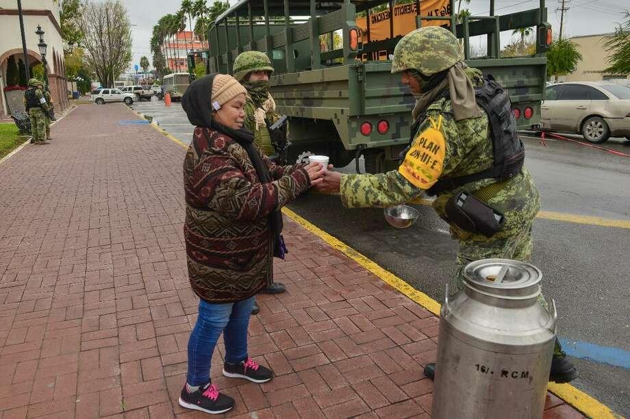 El Ejército activó el Plan DN-III para distribuir bebidas calientes, mientras Protección Civil realiza el Operativo Carrusel para apoyar a las personas más vulnerables. Photo: Foto De Cortesía /Gobierno De Nuevo Laredo