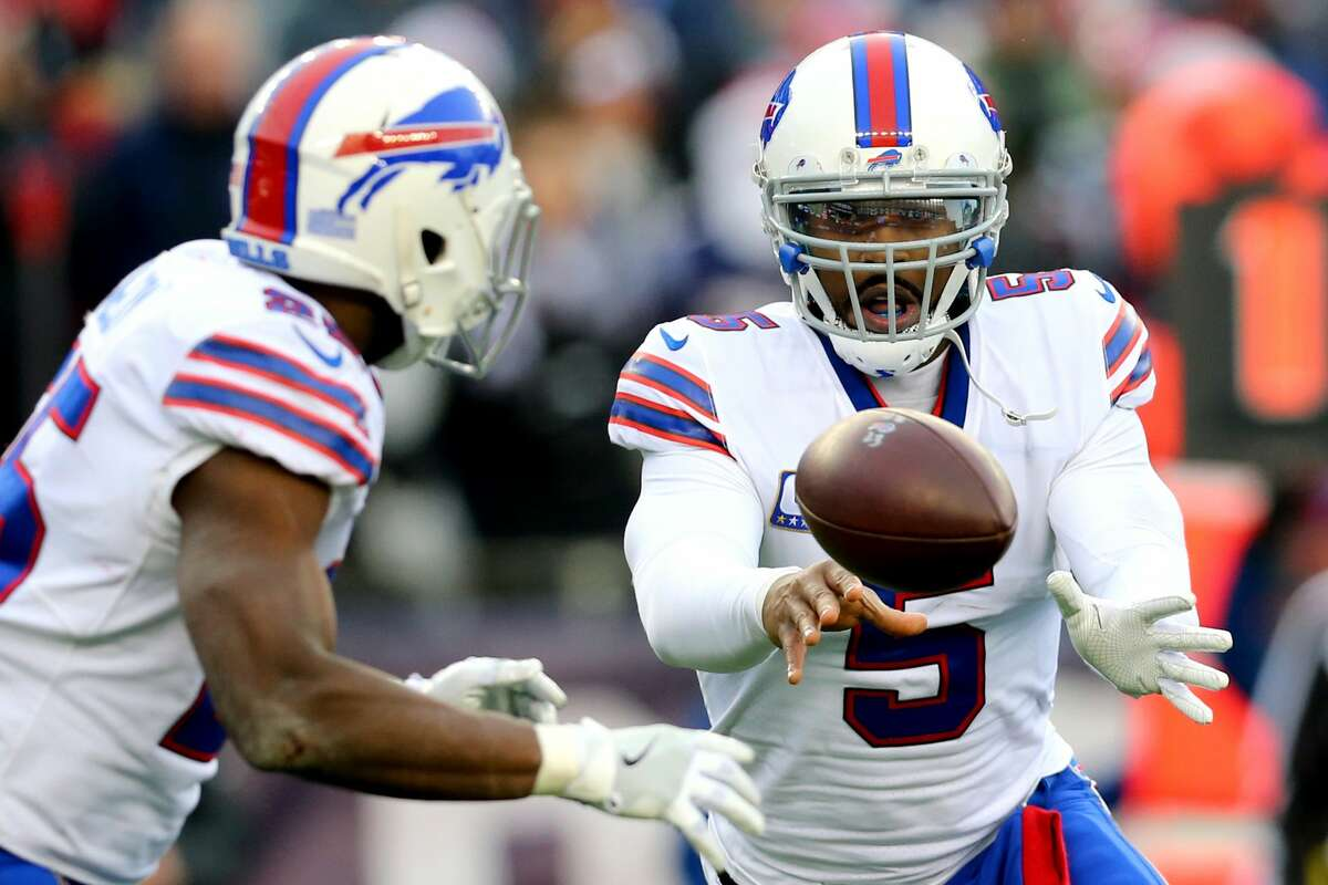 FOXBORO, MA - DECEMBER 24: Tyrod Taylor #5 of the Buffalo Bills hands the ball off to LeSean McCoy #25 during the first half at Gillette Stadium on December 24, 2017 in Foxboro, Massachusetts. (Photo by Maddie Meyer/Getty Images)