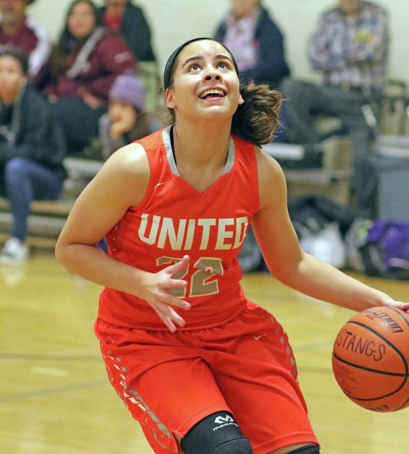 Evelyn Quiroz and the Lady Longhorns opened the House of Pain Tournament in McAllen with two victories on Thursday. Photo: Clara Sandoval /Laredo Morning Times