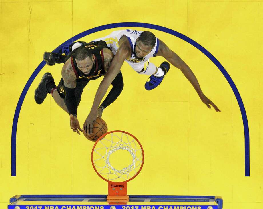 Several calls were missed in the Dec. 25 Warriors-Cavs game. Photo: Carlos Avila Gonzalez /The Chronicle / San Francisco Chronicle - Carlos Avila Gonzalez