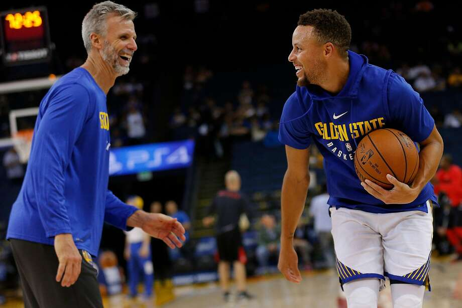 Warriors assistant coach Bruce Fraser (left) said Stephen Curry (30) made 94 out of 100 threes during a recent practice. Photo: Santiago Mejia, The Chronicle