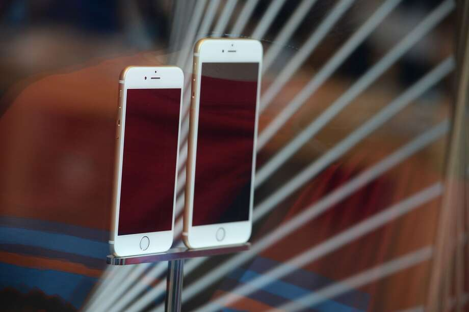 File photo dated September 19, 2014 shows the iPhone 6 and 6 Plus on display at the Apple store in Pasadena, California.  Photo: ROBYN BECK, AFP/Getty Images