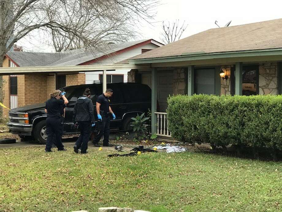 Police investigate a fatal shooting on the Northwest Side Friday afternoon, Dec. 29, 2017. Photo: Alexandro M. Luna