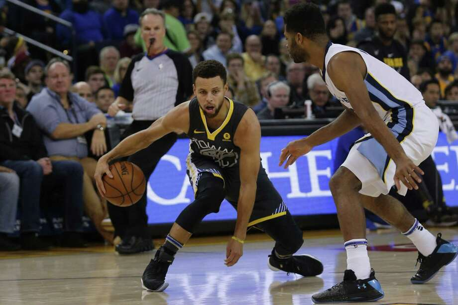 Golden State Warriors guard Stephen Curry (30) dribbles against Memphis Grizzlies guard Andrew Harrison (5) during the first half of an NBA basketball game between the Golden State Warriors and Memphis Grizzlies at Oracle Arena, Saturday, Dec. 30, 2017 in Oakland, Calif. The Warriors lead 78-67 at half. Photo: Santiago Mejia / The Chronicle / ONLINE_YES