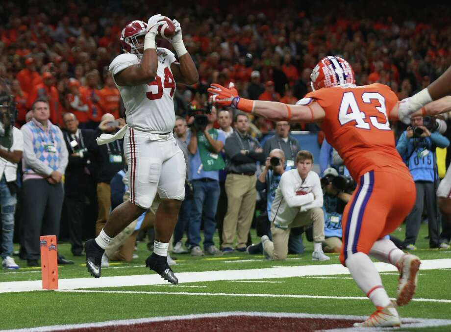 Alabama reaches into its bag of tricks as Da'Ron Payne, normally a defensive lineman, hauls in a touchdown pass in the third quarter. Photo: Sean Gardner, Stringer / 2018 Getty Images