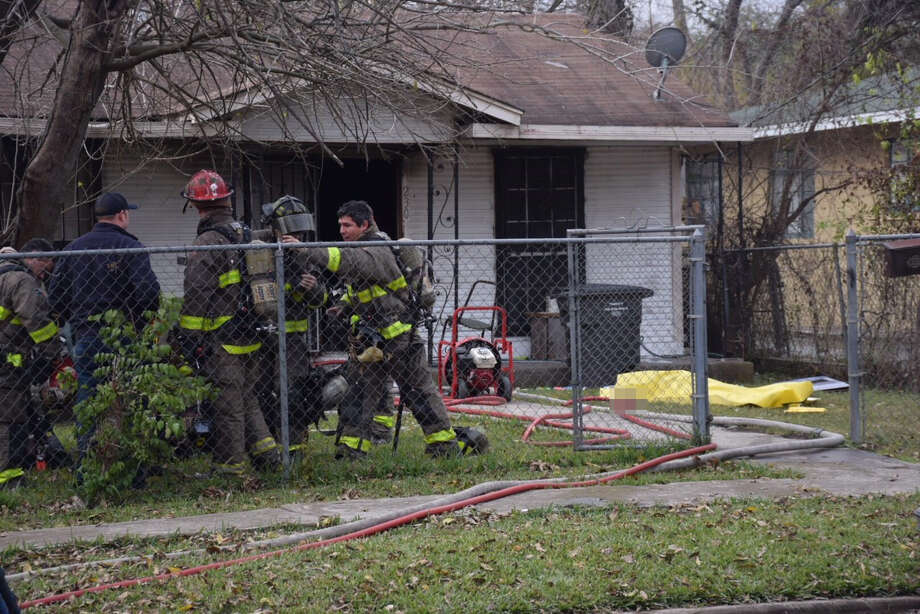 A fire at a house in the 200 block of Belmont Avenue left one man dead on Tuesday, Jan. 2, 2018. Photo: Caleb Downs / San Antonio Express-News