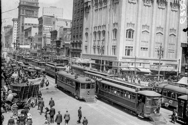 A busy day on Market and 4th streets in 1918. Photo courtesy of OpenSFHistory.