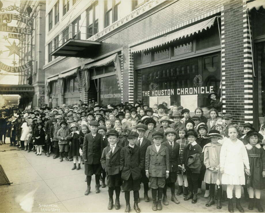 Four hundred pupils from the Harvard School in Houston Heights outside the Houston Chronicle building and the Majestic Theatre in downtown Houston, Jan. 4, 1918. Photo: Schlueter Houston, Houston Chronicle Files / Houston Chronicle
