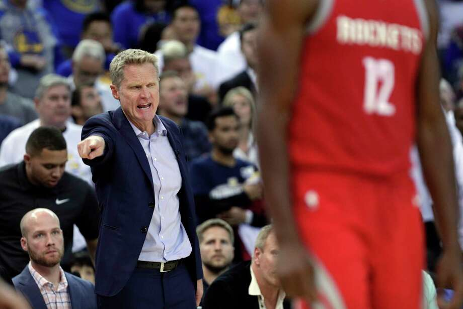 Warriors head coach Steve Kerr calls out a to a player in the second half as the Golden State Warriors played the Houston Rockets at Oracle Arena in Oakland, Calif., Tuesday, October 17, 2017. Photo: Carlos Avila Gonzalez, Staff Photographer / ONLINE_YES
