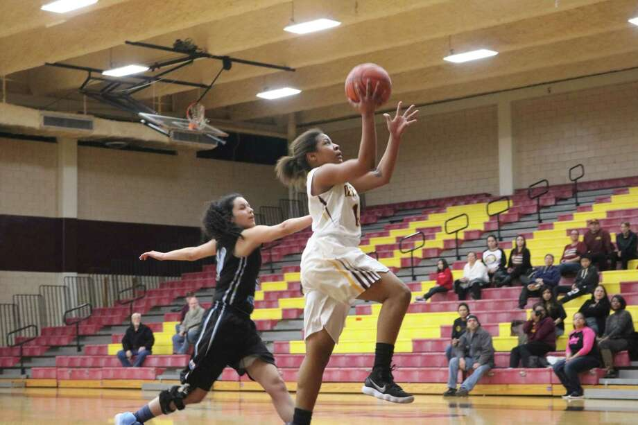 Deer Park's Enriqua Bellow drives to the goal, looking for two of her 15 first-half points in Tuesday afternoon's 22-6A win over Rayburn. Photo: Robert Avery
