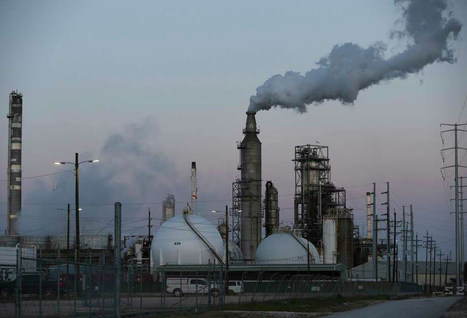 Shutdowns and startups at refineries, as well as accidents, led to a significant release of air pollutants after Hurricane Harvey. Photo: Yi-Chin Lee, Staff / © 2017 Houston Chronicle