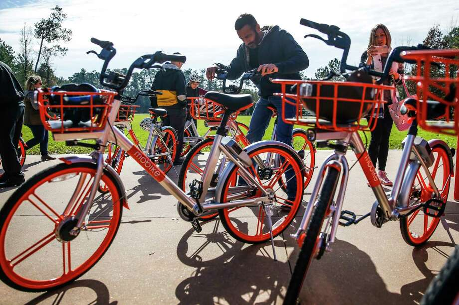 People try out bikes as The Woodlands introduces a new dockless bike sharing program, MoBike, at Town Green Park Friday, Jan. 5, 2018. The bikes don't need to be returned to a specific location at the end of a users ride and can be unlocked by a new user with phone app. ( Michael Ciaglo / Houston Chronicle) Photo: Michael Ciaglo, Houston Chronicle / Michael Ciaglo