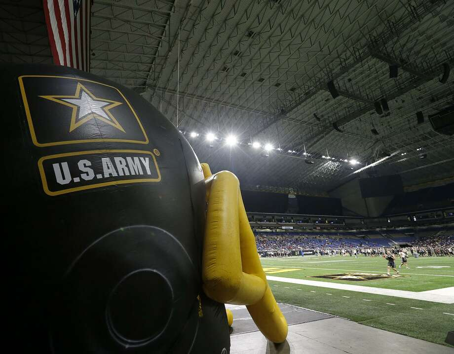 Players run drills during the National Combine part of the 2018 U.S. Army All-American Bowl held Friday Jan. 5, 2018 at the Alamodome. Photo: Edward A. Ornelas, Staff / San Antonio Express-News / © 2018 San Antonio Express-News