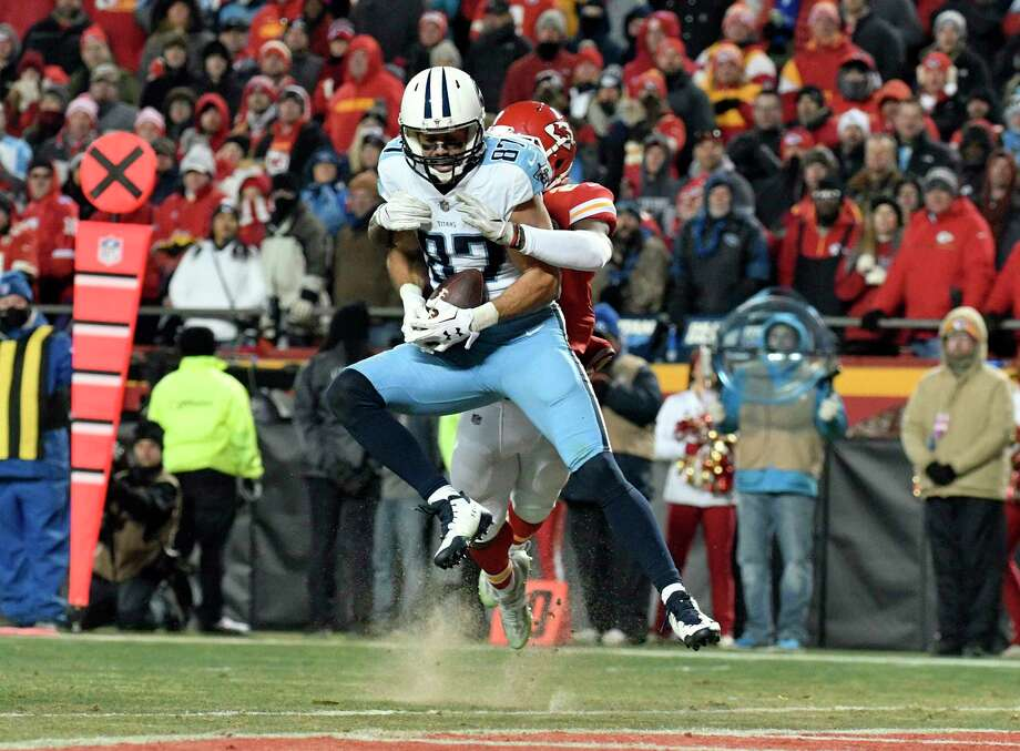 Tennessee Titans wide receiver Eric Decker (87) makes a 22-yard touchdown catch in front of Kansas City Chiefs defensive back Eric Murray during the second half of an NFL wild-card playoff football game in Kansas City, Mo., Saturday, Jan. 6, 2018. The Titans won 22-21. (AP Photo/Ed Zurga) Photo: Ed Zurga, FRE / FR34145 AP