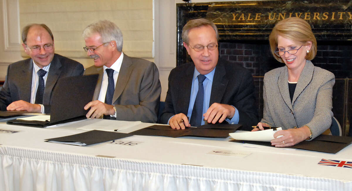10/8/09 2Signing ML0587E Woodbridge Hall, Yale Univ., New Haven, left to right: Prof. David Fish and Prof. Malcolm Grant both of University College London, Yale president Richard Levin, and Yale-New Haven CEO Marna Borgstrom sign an agreement between UCL, Yale and YNH. Photo by Mara Lavitt